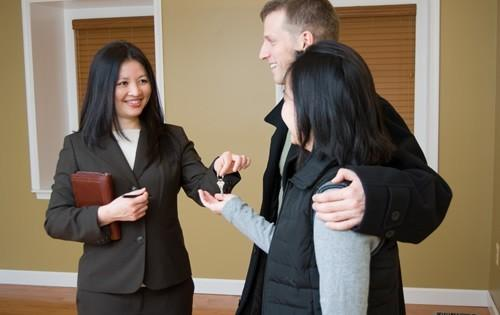real-estate-agent-with-couple