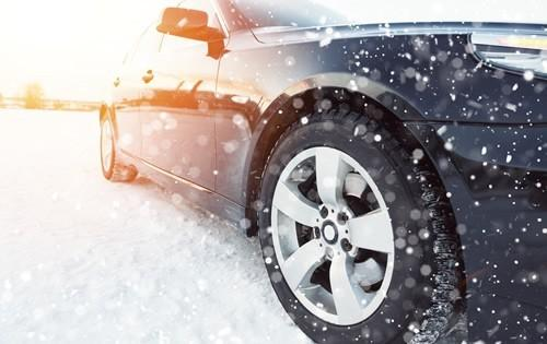 holiday-road-trip-car-snow