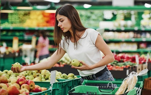 woman-grocery-shopping